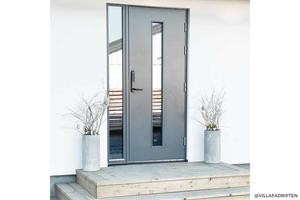 Kundbild på ytterdörren Kronoslätt Glas i färgen ljusgrå
